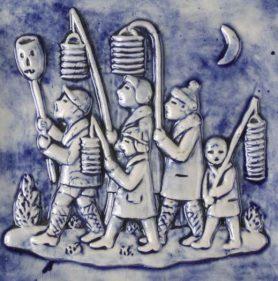 Wandtegel in blauw en wit met in reliëf vijf lopende Sint-Maartenszangertjes met lampions (Jac Bongaerts)